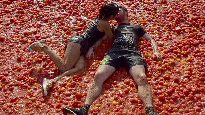 La Tomatina: milenci na rajčatech