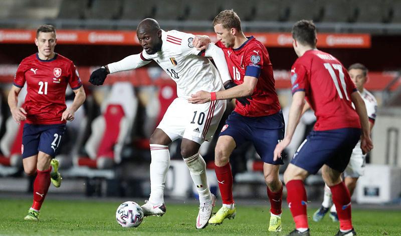 Romelo Lukaku v souboji s Tomášem Součkem při kvalifikačním utkání Česka proti Belgii